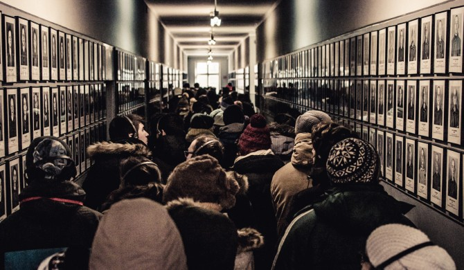 Las chicas de los pies denudos. Auschwitz. Fotografía Vagamundos